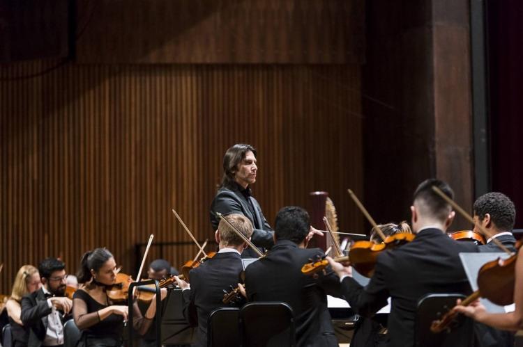O concerto é com regência do maestro Carlos Prazeres, além da presença do consagrado pianista Jean-Louis Steuerman como solista convidado - Foto: Divulgação