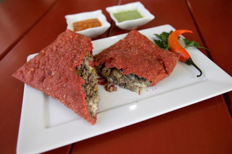 A massa do pastel árabe picante (R$ 15) é vermelha por causa da pimenta calabresa - Foto: Adilton Venegeroles / Ag. A TARDE