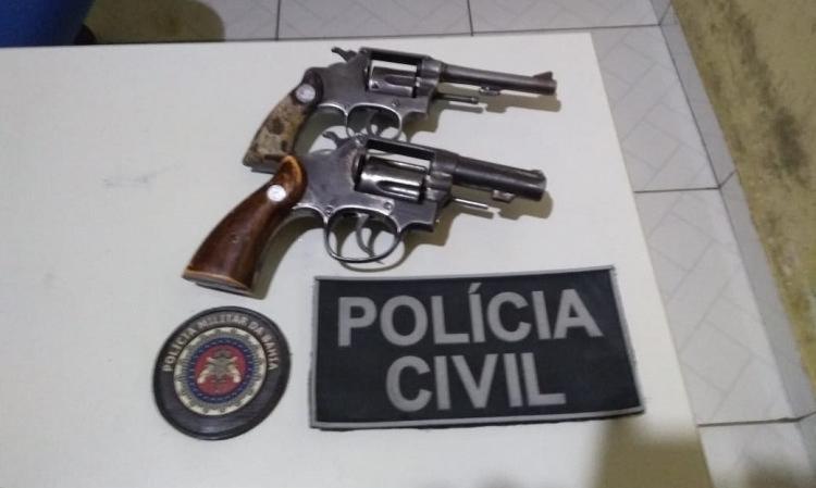 A polícia apreendeu dois revólveres calibres 38, 71 pinos de cocaína e 32 pedras de crack. - Foto: Divulgação   SSP-BA