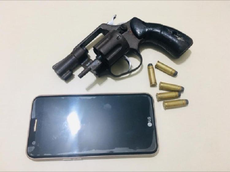 Na residência das suspeitas, a polícia apreendeu um celular roubado e uma arma, utilizada para cometer assaltos na região. - Foto: Divulgação