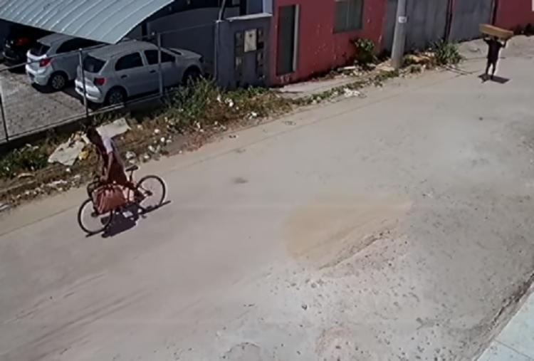 Os suspeitos foram flagrados carregando materiais furtados - Foto: Divulgação | RADAR 64