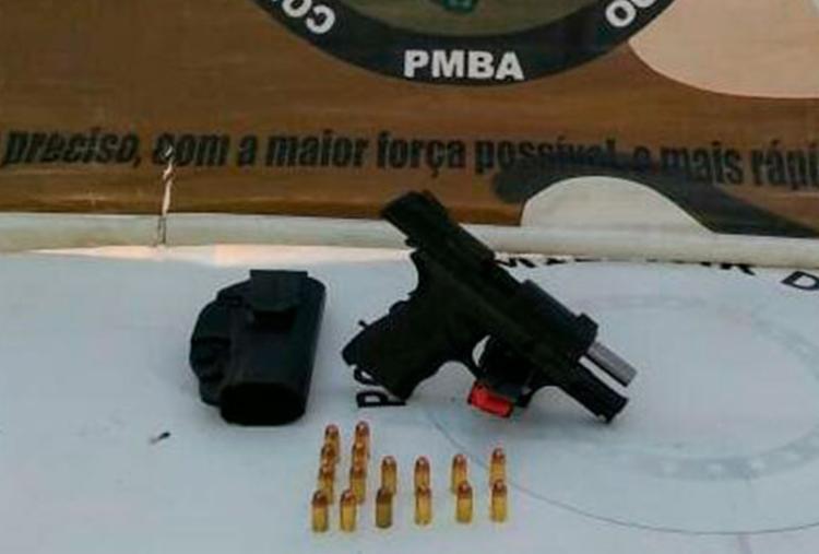 Arma e munições foram apreendidas com um dos suspeitos - Foto: Divulgação | SSP-BA