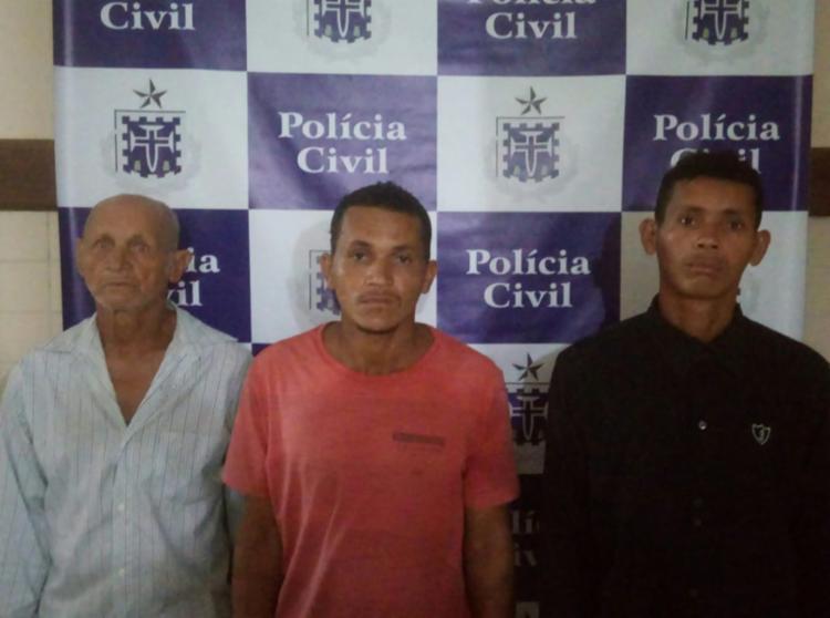 Delfino dos Santos, de 72 anos, e seus filhos Florisvaldo e Marivaldo Alves dos Santos, de 23 e 19 anos, respectivamente, tiveram os mandados de prisão preventiva cumpridos - Foto: Divulgação | Polícia Civil