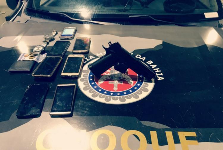 Com a dupla foram recuperados sete celulares, dois relógios, quantia em dinheiro e documentos das vítimas. - Foto: Divulgação   SSP-BA