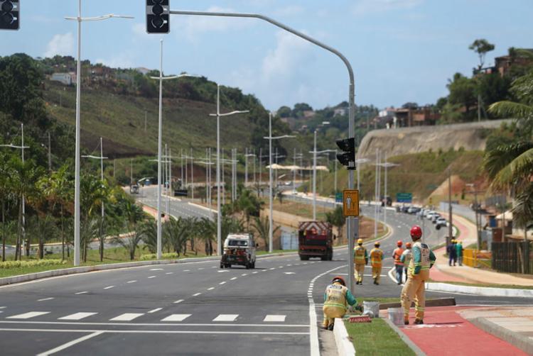 Via tem duas pistas, três faixas por sentido, faixa para o BRT, iluminação em LED, ciclovia, raios de curva e recuos para transporte público - Foto: Joá Souza | Ag. A TARDE