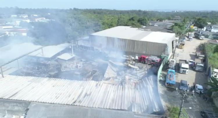Os bombeiros estão realizando o rescaldo e fazendo a avaliação da área atingindo - Foto: CBMBA | Divulgação