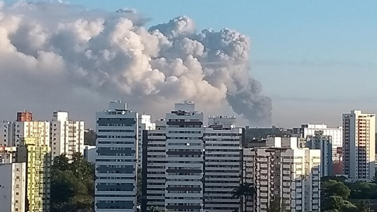 Fumaça oriunda do incêndio pôde ser vista do bairro do Imbuí