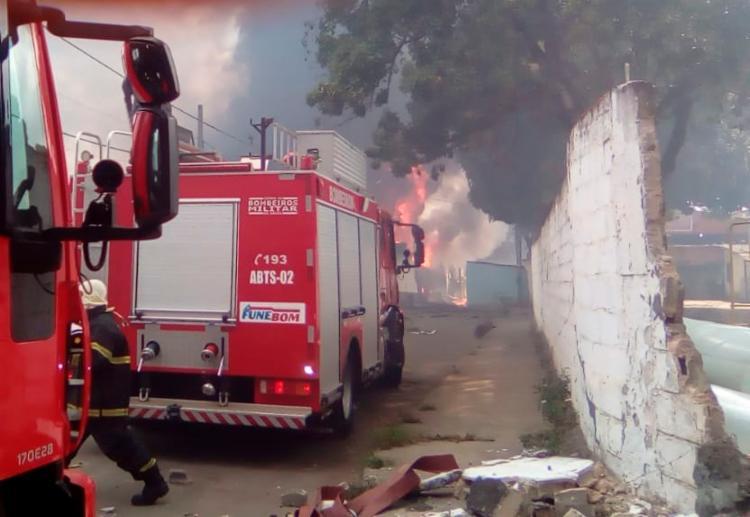 Seis viaturas dos Bombeiros foram mobilizadas para tentar impedir que as chamas se alastrem para imóveis vizinhos - Foto: Joá Souza   Ag. A TARDE