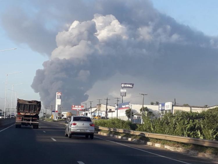 Nuvem de fumaça pode ser vista de diferentes pontos da cidade