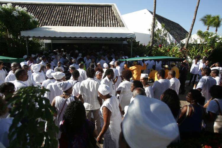 Multidão acompanha despedida da líder religiosa em cerimônia no Jardim da Saudade - Foto: Uendel Galter l Ag. A TARDE