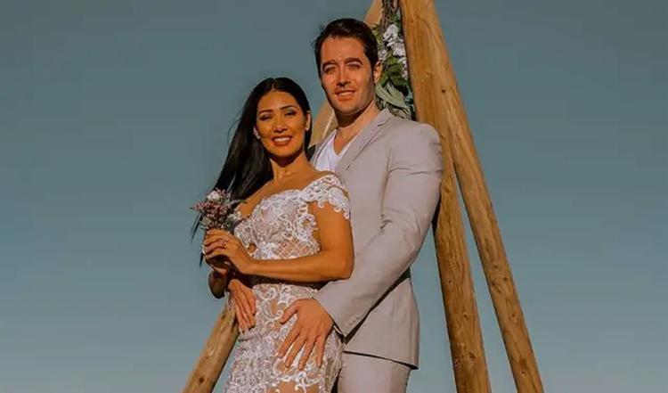 Cantora, que faz dupla sertaneja com a irmã Simone, é casada com o espanhol Vicente, com quem tem dois filhos - Foto: Divulgação l Tour Vip