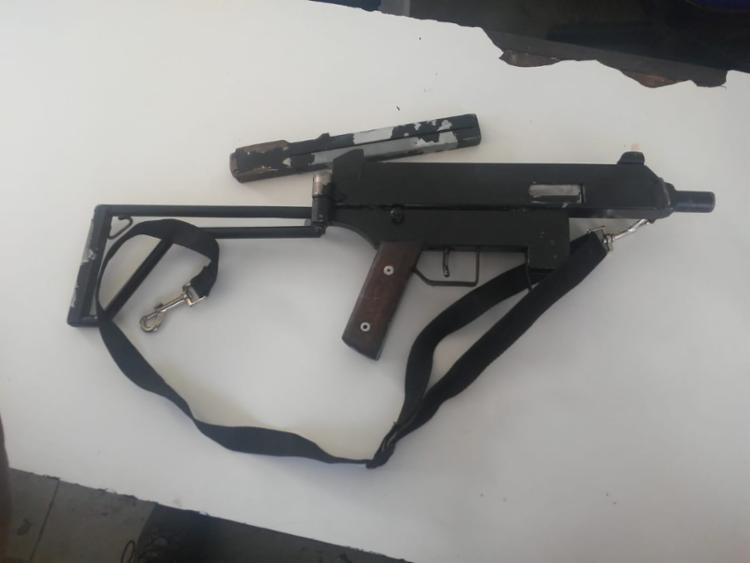 A arma foi localizada na sacola que a jovem transportava - Foto: Divulgação | SSP