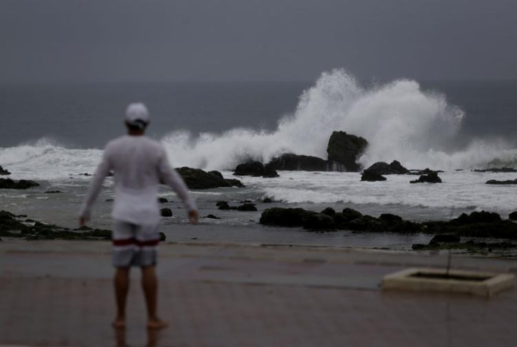 A previsão é que os ventos cheguem a 87 km/h, além de ondas entre três e cinco metros de altura em alto mar - Foto: Raul Spinassé | Ag. A TARDE | 21.03.2019