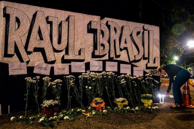 Moradores colam nome das vítimas em muro da escola - Foto: Nelson Almeida | AFP