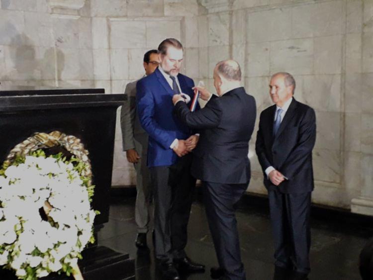 No Fórum, Toffoli, além de visitar a cripta de Rui Barbosa, recebeu do presidente do TJ-BA, Gesivaldo Brito, a medalha pelos 410 anos da Corte - Foto: Thais Seixas | Ag. A TARDE