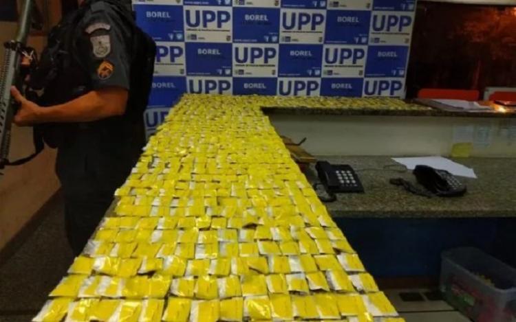 Com o suspeito, conhecido como 'Pablo Vittar', a polícia apreendeu cerca de 750 papelotes de cocaína. - Foto: Divulgação | PMERJ