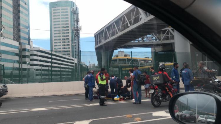 Condutor da motocicleta foi atendido ainda no local - Foto: Cidadão Repórter | Via WhatsApp