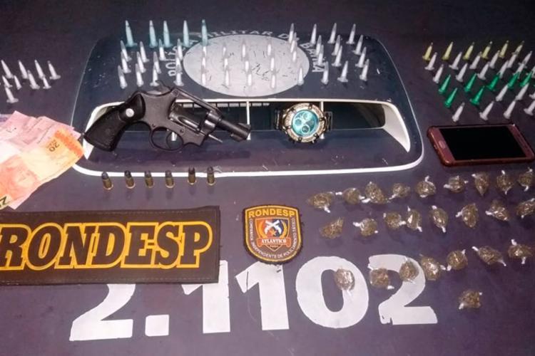 Foram apreendidos cocaína, maconha, um revólver e munições - Foto: Divulgação | SSP-BA