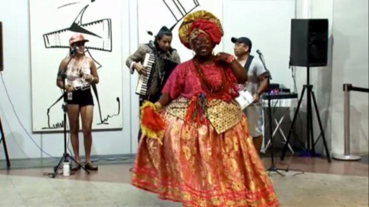 Ao som da zabumba e da sanfona, um trio nordestino desejou aos visitantes uma boa partida - Foto: Reprodução