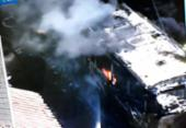 Ônibus pega fogo na avenida Aliomar Baleeiro | Foto: Reprodução | Tv Record Bahia