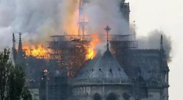 Fogo derruba parte da igreja - Reprodução