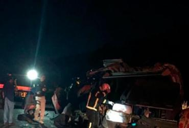 Quatro pessoas morrem em colisão entre van e caminhão na BR-242 | Reprodução | Blog do Braga