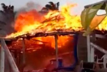 Braseiro de vendedor de queijo provoca incêndio em barraca de praia | Reprodução | Teixeira News