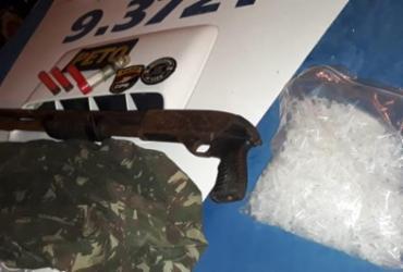 Homem é preso com arma e pinos usados para embalar cocaína