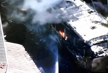 Ônibus pega fogo na avenida Aliomar Baleeiro | Reprodução | Tv Record Bahia