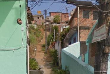 Muro desaba no bairro de Calabetão em Salvador   Reprodução   Google Street View