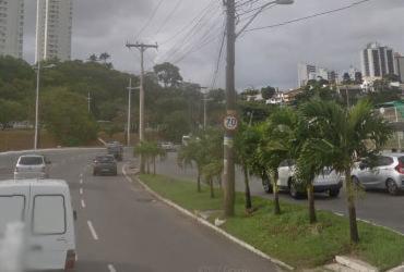 Moto e carro colidem na avenida Juracy Magalhães Júnior  