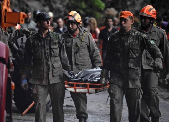 Número de mortos em desabamento de prédios no Rio sobe para 20 | Mauro Pimentel | AFP