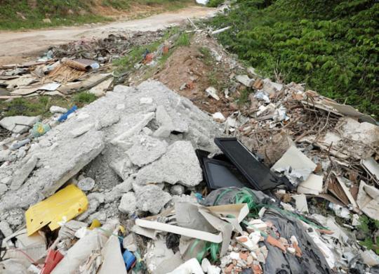 Descarte irregular de lixo polui zona rural de Camaçari | Joá Souza | Ag. A TARDE
