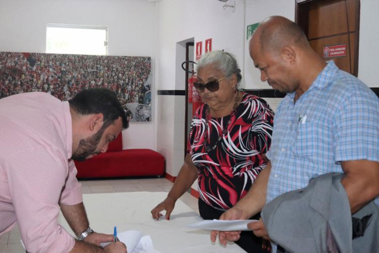 Isaura Maria (centro) é a primeira mulher a ser candidata à presidência do Vitória (Foto: Maurícia da Matta | EC Vitória)