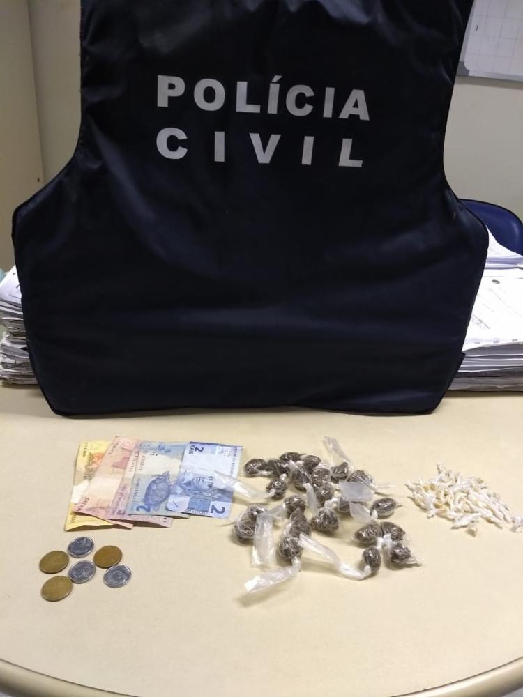 Com Wellington a polícia apreendeu 29 pedras de crack, 24 trouxinhas de maconha e R$ 41, em dinheiro