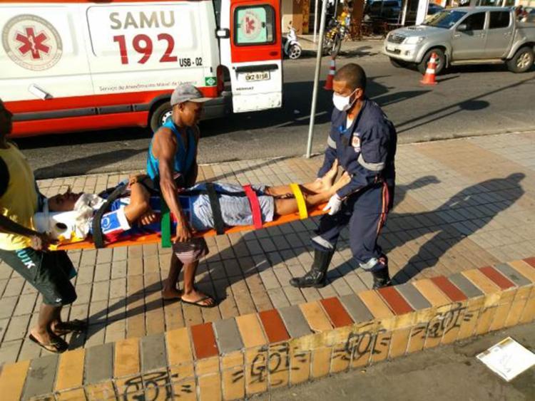 Vítimas foram socorridas por uma ambulância do Samu - Foto: Ed Santos | Acorda Cidade