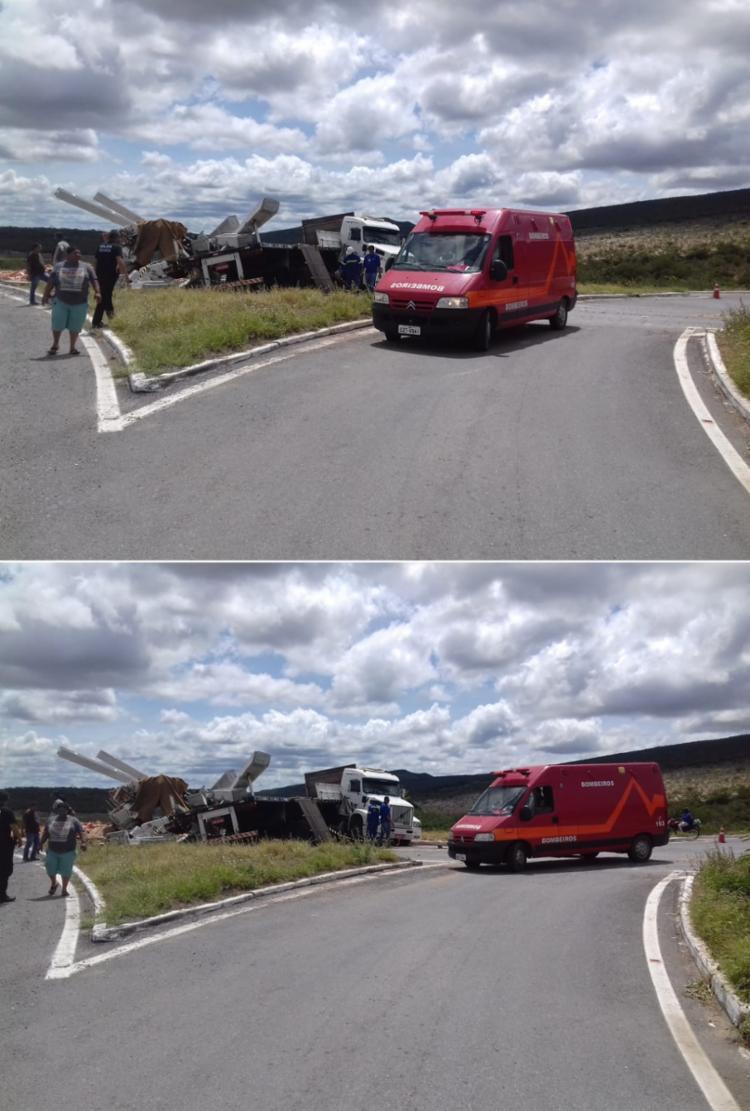 Os dois veículos colidiram de frente, uma carregada de postes de energia e a outra com uma carga de telhas