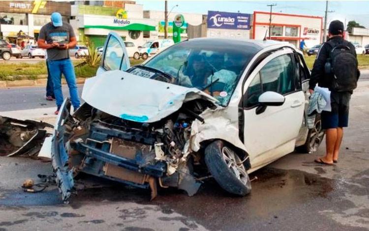 Veículo de passeio modelo Citroën ficou destruído - Foto: Acorda Cidade Z