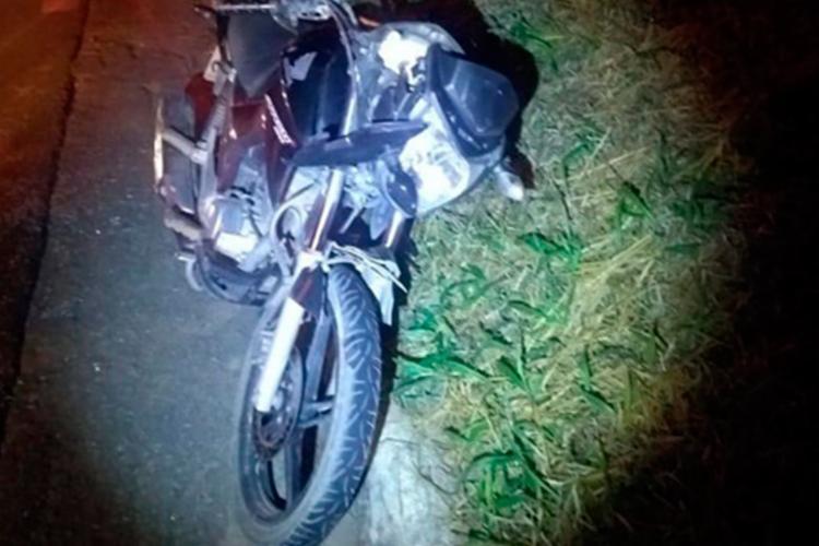 Motociclista colidiu com fundo do carro - Foto: Reprodução   Blog do Rodrigo Ferraz