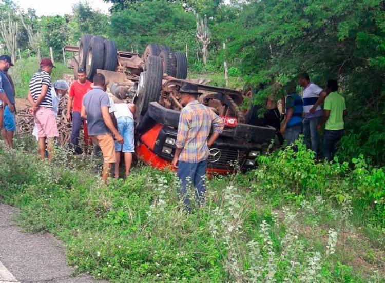 O veículo estava carregado de estacas - Foto: Site Calila Notícias | Reprodução