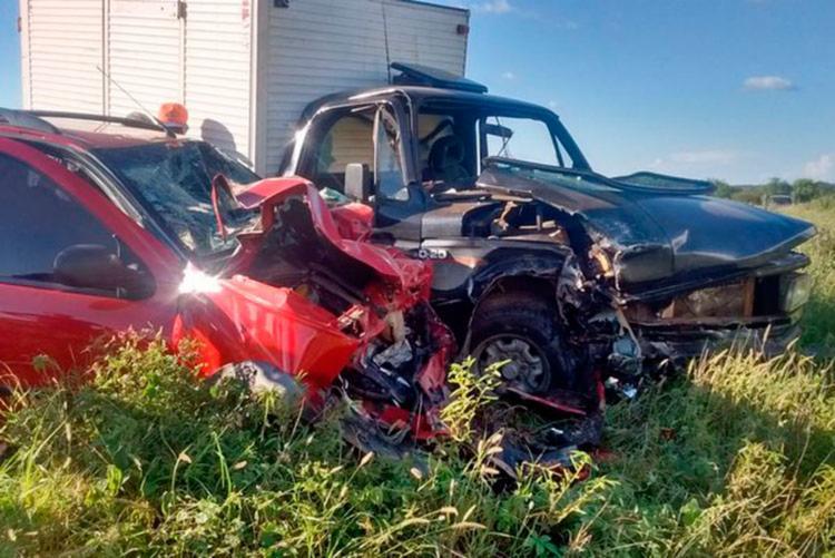 Veículos ficaram parcialmente destruídos - Foto: Reprodução | Blog do Anderson