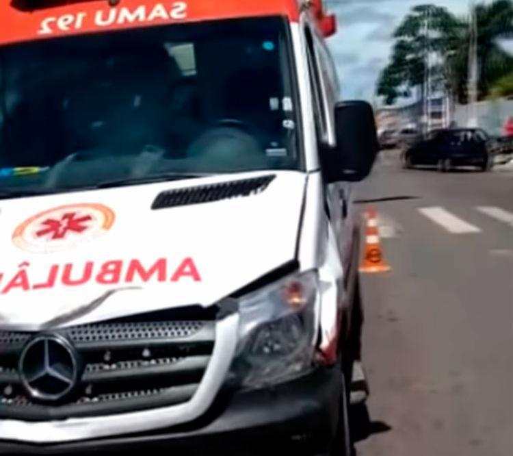 Com o impacto, o motociclista foi arremessado contra um poste - Foto: Reprodução | Blog Notícias de Alagoinhas