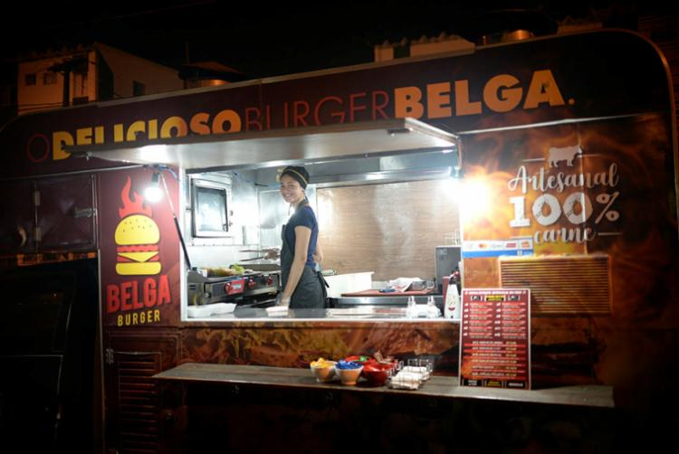 Telma vende hamburgeres artesanais no Belga Burger - Foto: Matheus Buranelli | Ag. A TARDE
