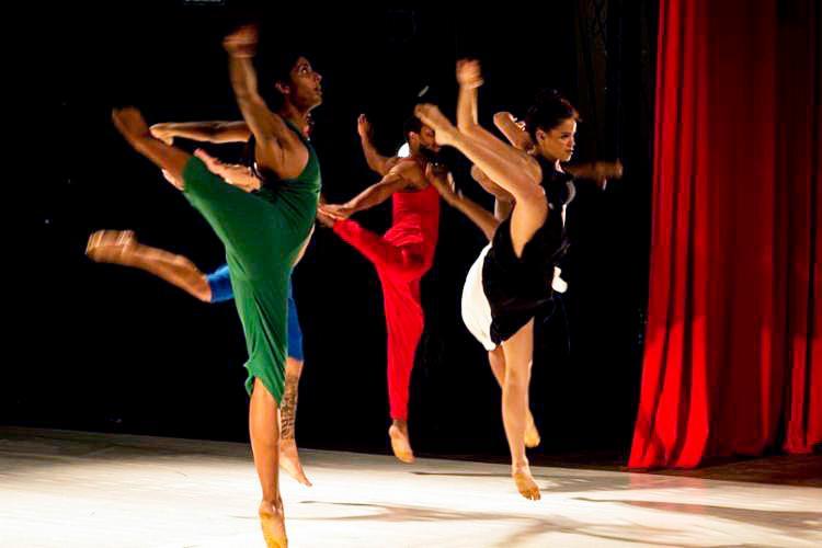Coreografia é executada por cinco dançarinos que expressam as suas construções poéticas a partir das memórias que possuem sobre a - Foto: Divulgação