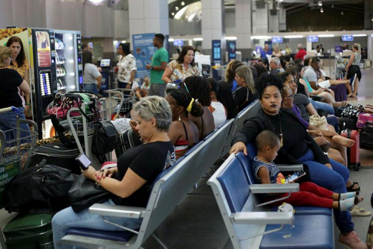 Mais de 80 passageiros aguardam uma resposta da Avianca - Foto: Raphael Müller | Ag. A TARDE