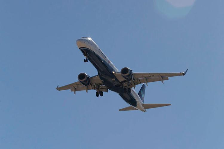 Subiram 100% os valores das passagens aéreas de Salvador para Brasília, Rio de Janeiro e Petrolina - Foto: Uendel Galter   Ag. A TARDE