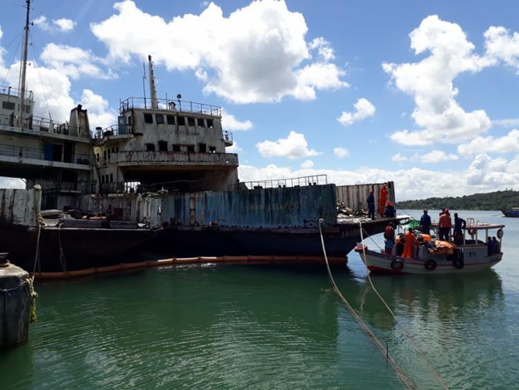 O processo de envelopamento evita que resíduos poluentes atinjam o mar - Foto: Luan Borges   Ag. A TARDE