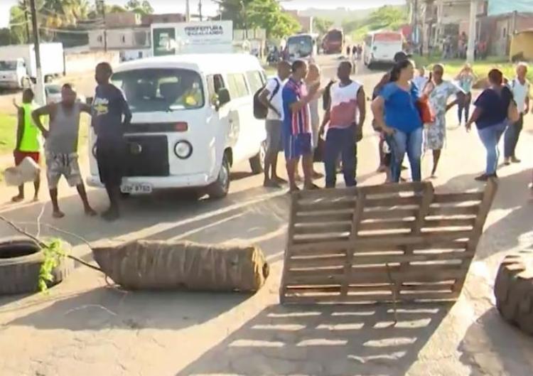 A manifestação ocorre no Largo da Copa II, depois da Marina de Aratu - Foto: Reprodução   TV Bahia