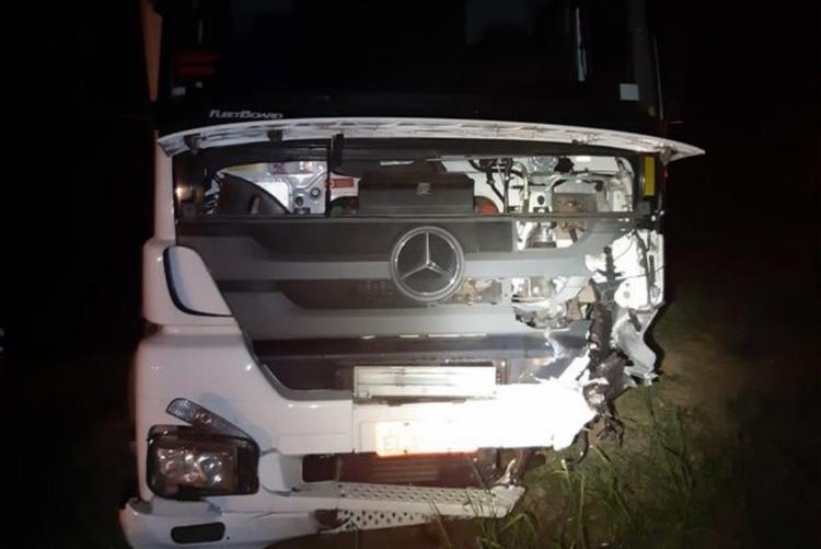 Caminhão também ficou danificado