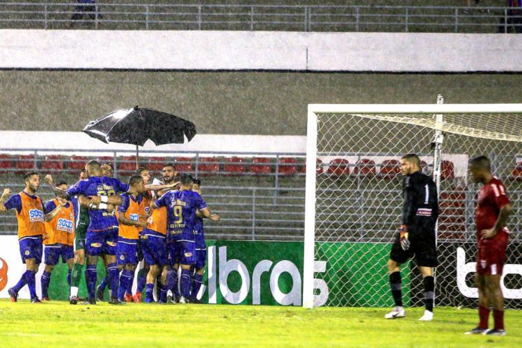 Arthur Caíke comemora com jogadores do Tricolor após marcar o gol de empate - Foto: Ailton Cruz l Gazeta de Alagoas